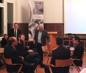 Dipl.-Kfm. (FH) Michael Taube (Bildmitte) moderiert Experten-Diskussion zur Digitalen Transformation