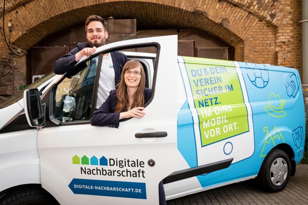 DiNa-Mobilreferenten Petra Rollfing und Robert Ossenkopp im DiNa-Mobil