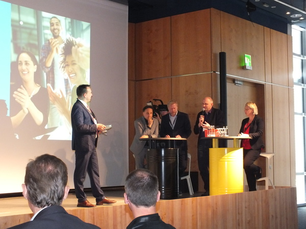 "Moderator Tobias Ranzinger stellt die Jury des ""UP18@it-sa Awards"" vor"